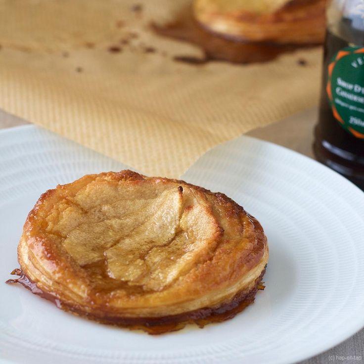Nodig voor 6 amandel- en peertaartjes 2 ronde vellen bladerdeeg (type Herta) of 12vierkante stuks diepvriesbladerdeeg, ontdooid 2 x220 g stevige groene peren, geschildenontdaan van hun klokhuis 80 ml esdoornsiroop, plus extra om te serveren 50 g zachteongezouten boter 55g(superfijne) griessuiker ½ tl vanille-extract 1 eierdooier 80 g amandelpoeder 2 el bloem  …