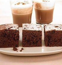 Brownies (Weight Watchers recept) 3 punten 9 stuk(s) Ei 240 g Kristalsuiker 250 g Margarine, vast, 60% vet 125 ml Melk, mager 500 g Bloem 1 zakje(s) Bakpoeder 70 g Cacaopoeder, ongezoet 200 g Chocolade, bitter, (puur) 1 hoeveelheid (naar smaak) Aroma's, Rum