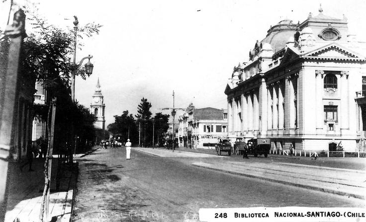 La Biblioteca Nacional de Santiago ubicada en la Alameda, a la izquierda y atrás, la Iglesia San Francisco. Santiago, Ca. 1920. Archivo Biblioteca Nacional.