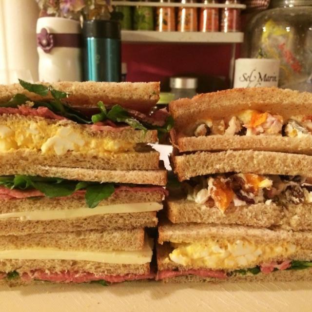 自家製胚芽パンの山食をスライスし、サンドイッチにしました。 *ローストビーフ、チーズ、クレソン *ローストビーフ、卵、クレソン *key♪さんのドライフルーツ&ナッツ入りクリチ  息子の朝ごはんと私のお弁当に。 お昼が楽しみです✨✨ - 203件のもぐもぐ - 自家製胚芽パンでローストビーフのサンドイッチ by meisui829