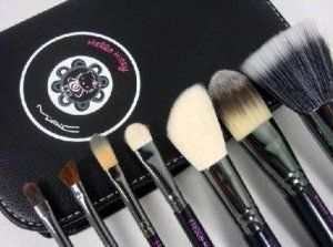 MAC Hello Kitty Brush Set (1small Extra Free Brush)