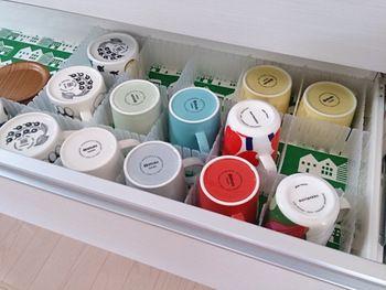 そんなマグカップたちは、食器棚の引き出し部分に収納すれば問題解決。100均の仕切りシートを使って一個一個仕切ればより使いやすい。