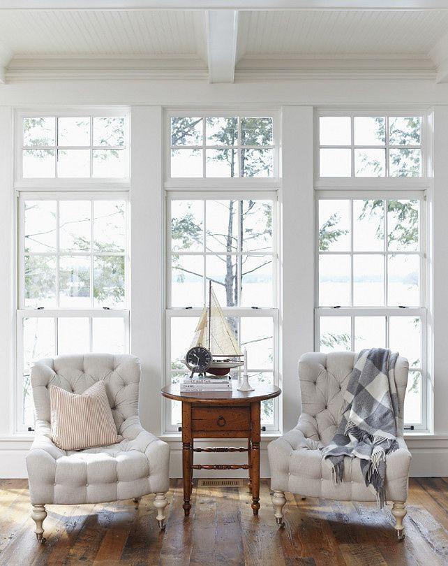 一人がけソファを窓を背にしてシンメトリーに配置しています。暖かな日光を背中に浴びながらゆったりと読書を楽しむ夫婦が目に浮かびます。ソファはのんびりとした時間を贅沢に過ごすための必須アイテムですね。