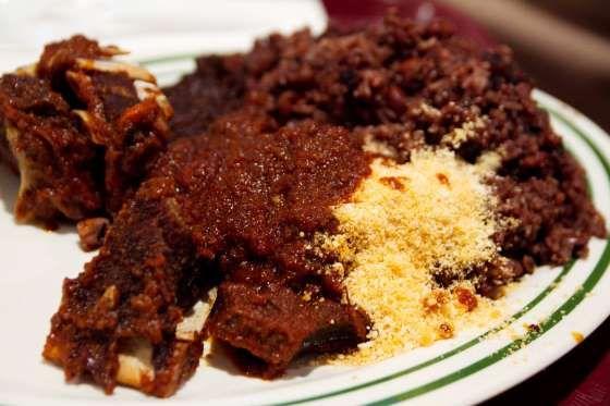 """Gana - Neste país africano, um dos pratos mais populares do café da manhã, especialmente entre da classe trabalhadora, é o """"Waakye"""", uma versão do nosso arroz com feijão, com a diferença de que ambos os ingredientes são cozidos juntos na panela."""