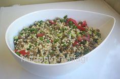 ✿ ❤ ♨ KUSKUSLU YEŞİL MERCİMEKLİ SALATA / Çok kolay ve lezzetli bir salata... Malzemeler: Yarım paket kuskus makarnası 3 su bardağı haşlanmış yeşil mercimek yeşil soğan,maydanoz,dereotu domates,salatalık Sosu: Limon suyu,sirke,nar ekşisi,zeytinyağ,sumak,tuz,pul biber Yapılışı: Makarna haşlanır,süzülür,soğutulur,yeşil mercimek ve doğranmış sebzeler eklenir.Sos da ilave edilip karıştırılır. (arzuya bağlı olarak haşlanmış mısır da ilave edebilirsiniz)
