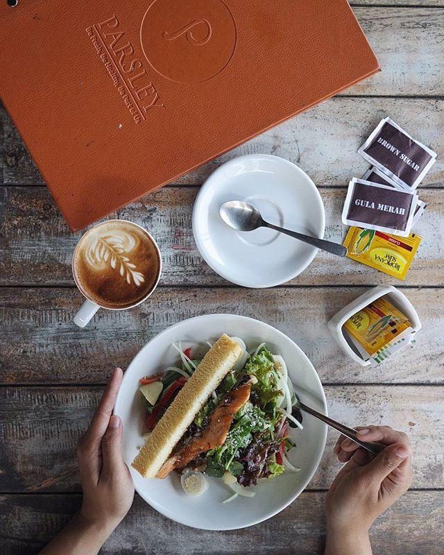 Happy to find Salmon Nicoise Salad 😍😍 @parsleyjogja . Complete healthy & perfect lunch. Nom-nom 😍😍, buat yang demen makan sehat atau lagi diet wajib cobain ni gaes. Satu porsi nya only 25K aja, terjangkau 👌👌 . Parsley @parsleyjogja Loc : Jl Seturan raya no 15 A Yogyakarta . #jogjataste #parsleyjogja #ultahparsley14  Yummery - best recipes. Follow Us! #foodporn