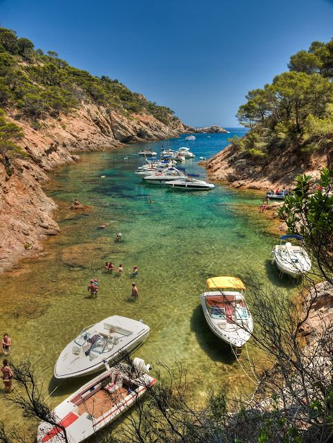 If we travel by car, we will take the famous road GI-682 (full of beaches and coves nearby), which connects with Tossa de Mar Sant Feliu de Guixols park about 3 km from Tossa on the side of the road, and walk downhill on a dirt road (not well arranged, pay attention) to Cala Bona.