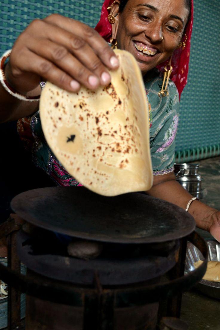インドでチャパティ作り – I EAT. インド人にまみれ、時に埃っぽいバスに揺られ、時にスリーパークラスの寝台列車で移動し、ほぼ毎日インド人と遊び、私の血肉はダル&チャパティと、そしてチャイででき ...