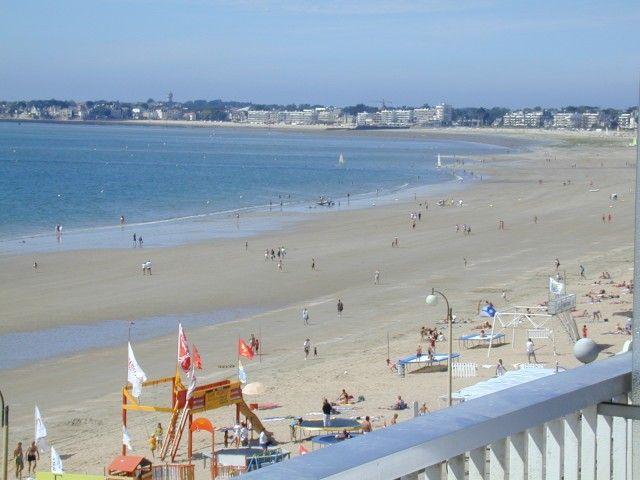 """La plage de  La Baule,La """"reine des plages"""" vous dévoile ses 9 kms de sable fin et doré, promesse de farniente au soleil, de jeux nautiques au gré des vents, ou de pêche à pied lorsque la marée découvre la vaste baie. Loire Atlantique, Bretagne, France, Europe."""