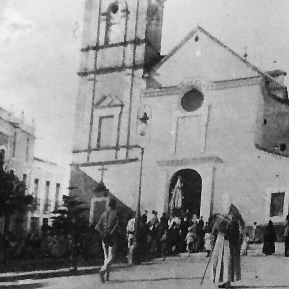 Iglesia del El Salvador de Nerja - Málaga y el árbol típico cerote con 3 años. Principios del siglo XX.