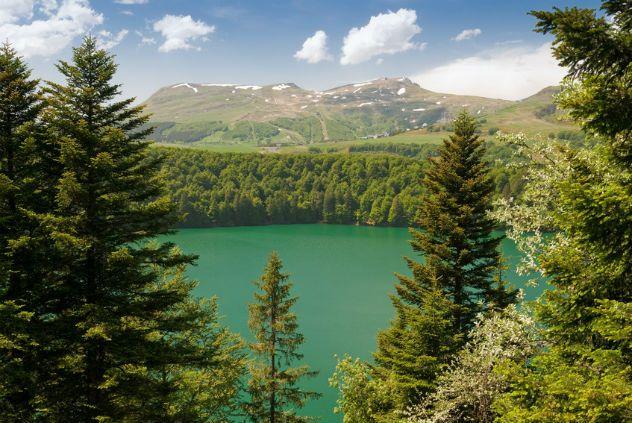 Lac Pavin (Puy-de-Dôme) Lac d'origine volcanique, le Pavin est réputé pour ses eaux d'un bleu-nuit impressionnant et pour sa profondeur (92 mètres).