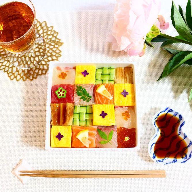"""ホームパーティーやお呼ばれの手土産に何を持っていきますか?どうせ作るなら皆を""""あっと驚かせる""""ような、素敵なメニューにしたい‥。そんな貴女におすすめなのが、今instagramを賑わせている「モザイク寿司」!一体どのようなお寿司なのでしょうか。人気のフォトジェニックレシピをご紹介していきます。"""