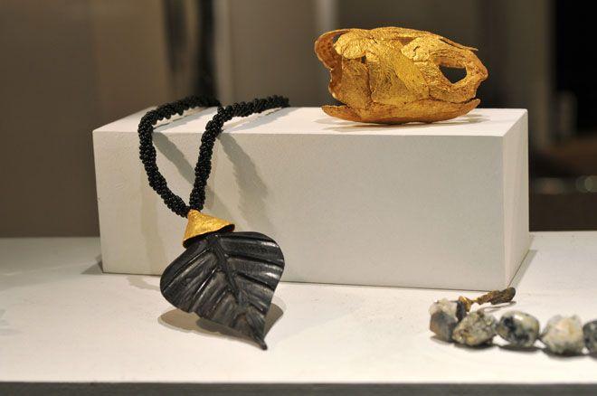 « Parure en majuscule » jusqu'au 2 mars 2014 Galerie Cipango, 14 rue de l'Échaudé 75006 PARIS - - Sylvie Tissot-Schneider assemble des parures massives et minérales et Christophe Tissot, quant à lui, s'est lancé dans le développement d'une ligne en ébène