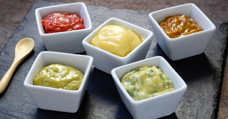 """750g vous propose la recette """"Comment faire une mayonnaise en 5 versions"""" accompagnée de sa version vidéo pour cuisiner en compagnie de Chef Damien et Chef Christophe."""