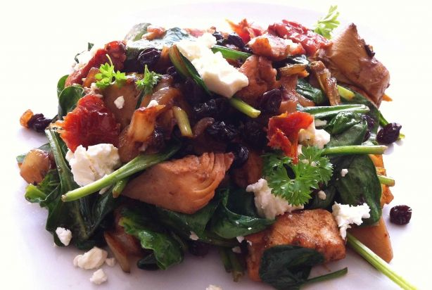 Kip met artisjok, rozijnen en feta