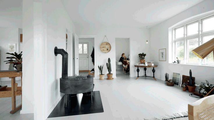 http://www.femina.dk/bolig/boligreportager/bolig-fra-gammelt-landhus-til-moderne-og-minimalistisk-hjem