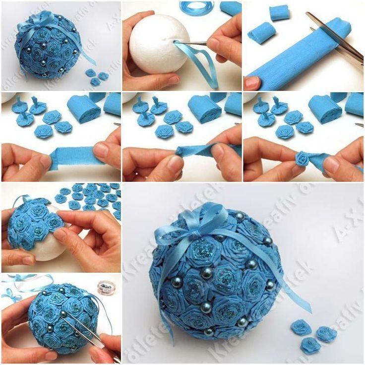 Y para los adornos de Navidad del árbol podemos coombinar las bolas con flores de papel. En la foto se ve el paso a paso.