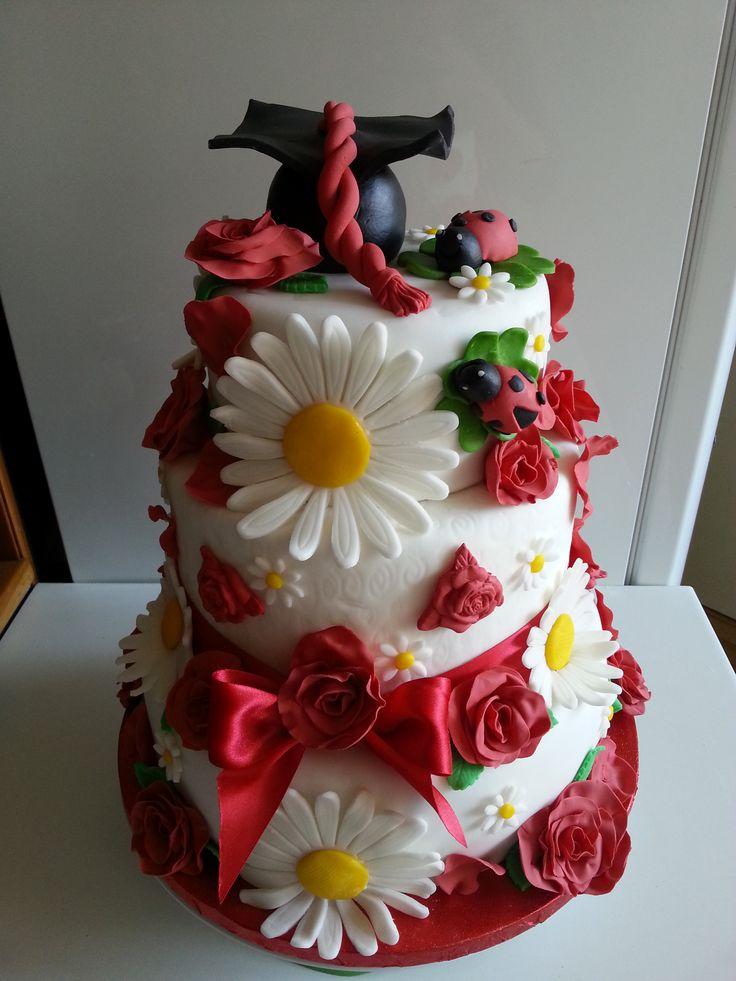 Torta di Laurea. Red Velvet Cake e Mud cake. Copertura e decorazioni interamente fatte a mano in pasta di zucchero.