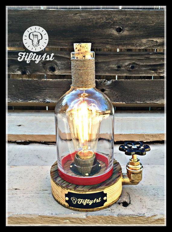 Hechos a mano recuperada base de madera, latón, interruptor de válvula de agua, cable de tela vintage, botella de whisky de Rebel Yell recuperada y más sudor de hombre!   Dimensiones de la lámpara * Peso: 5 libras Altura: 8 pulgadas Ancho: 4.5 Accesorios de tubería: 3/4 latón Interruptor de la válvula: latón con perilla negro Bulbo de salida: 120v/60 w máximo Bulbo: Edison estilo 60 vatios Cable: Rojo del paño vintage