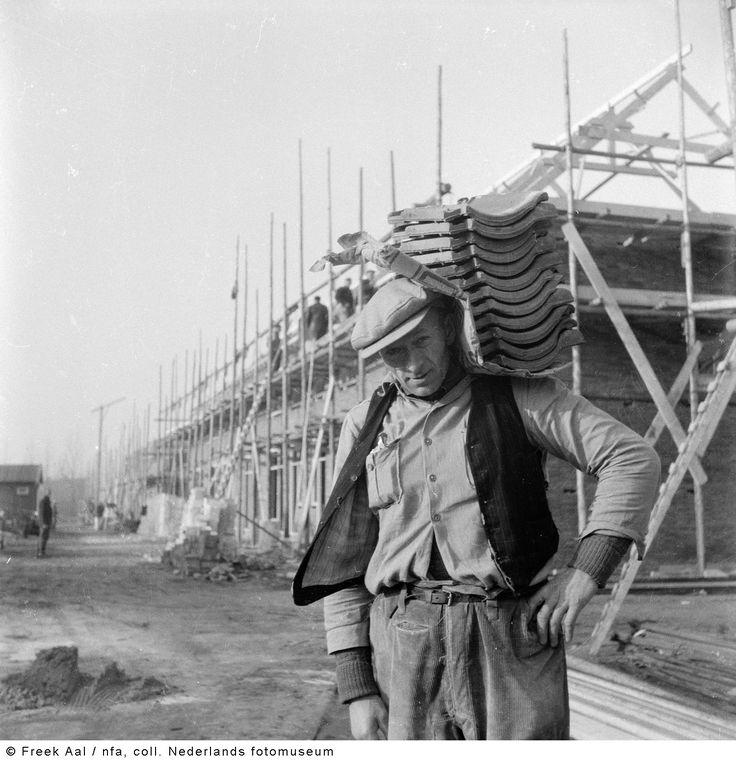 Bouwvakker, Noordoostpolder (1954). Fotograaf: Freek Aal.