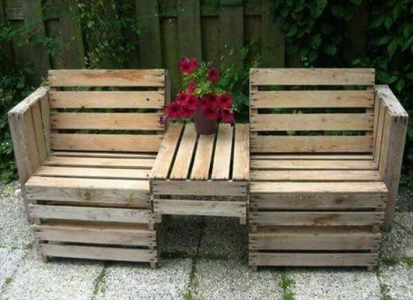 Pallet bench with table in-between