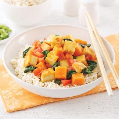 Vous adorerez la combinaison de cubes de patates douces et de tofu de ce sauté parfumé au lait de coco et au cari!
