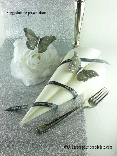 Une décoration féerique et glamour avec les papillons argent à tiger... #theme #papillon http://www.decodefete.com/papillons-plume-strass-gris-p-3163.html