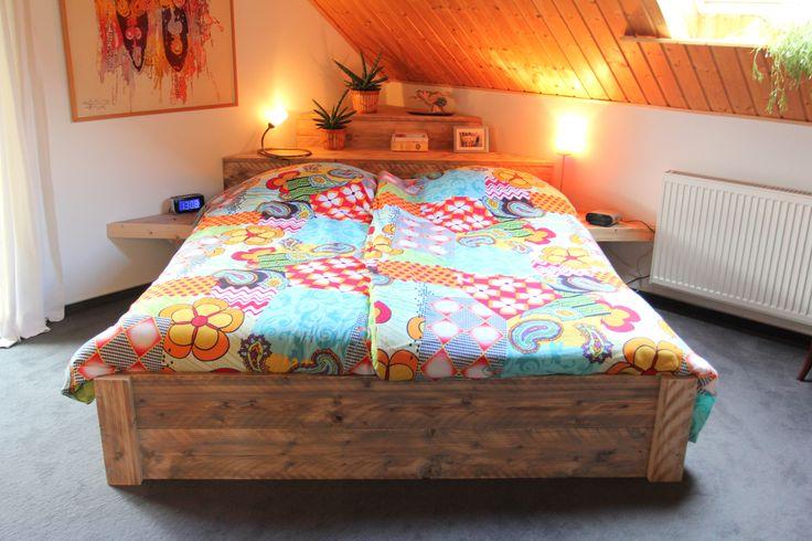 Steigerhouten bed met dekenkist als hoofdeind, opstelling in hoek geplaatst, gemaakt en foto, Leen de Ruiter