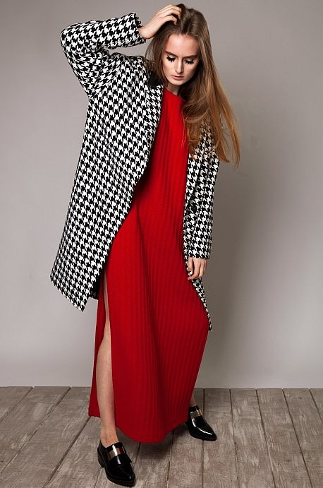 Красное платье из шерсти с шарфом