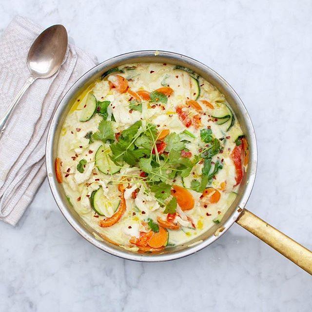 """Thailändsk grön curry med valfritt protein och grönsaker (snabblagad vardagsrätt) Nytt recept på bloggen länk i profil @nillaskitchen 🌱""""Poängen med att använda mer grönsaker än i traditionella recept på grön curry är naturligtvis att man inte behöver ris eller kan servera en mindre mängd ris till. Större mängd grönsaker gör rätten mer näringsrik, mer basbildande, mindre kolhydratsrik och mer fiberrik."""" #eatclean #nillaskitchen #mjölkfritt #hormonbalans #paleo #blodsockerbalans #peaceandlove"""