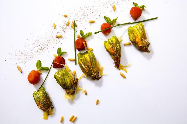 Fiori di zucca con ricotta e timo cotti al forno con Pachino al basilico e pinoli tostati. #vegetariano #fioridizucca #timo #basilico #sanomagustoso #food #ilmargutta #viamargutta