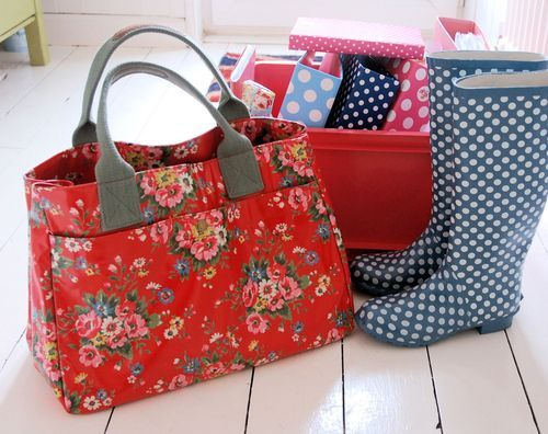 This pic pretty much sums up my style. I needs me a Cath kidston purse!