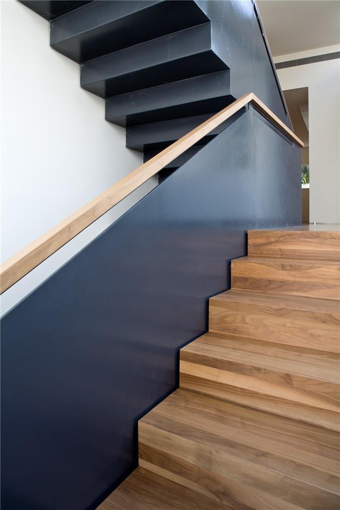 Mooie combinatie van staal en hout. Handrail Trap