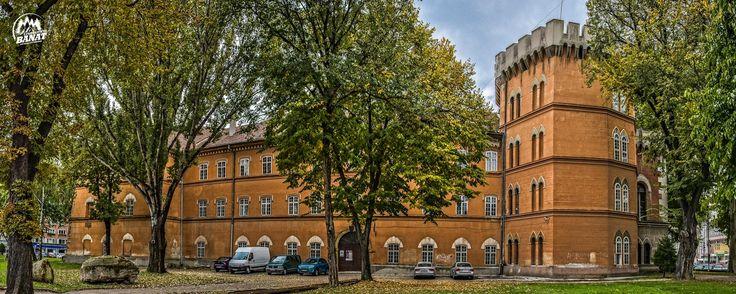 Castelul Huniade care adăpostește în prezent Muzeul Național al Banatului, construit între anii 1308-1315 de către Robert de Anjou și reconstruit după un cutremur în 1443 de către Ioan de Hundedoara, este cea mai veche clădire din minunata Timișoara!