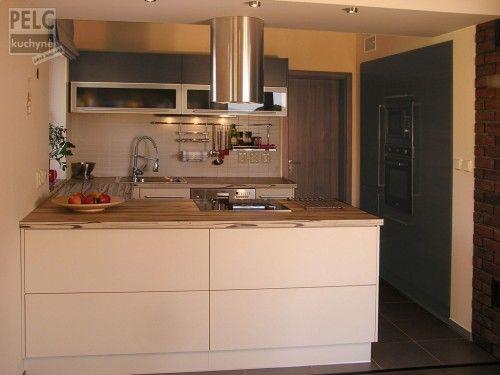 Moderní kuchyně ve tvaru písmene U s maximálním využitím úložných prostor.