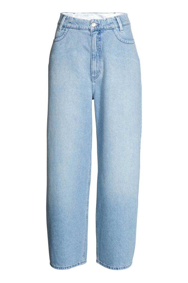 Oversized High Jeans: Wijde jeans van gewassen denim met lichte slijtagedetails, een hoge taille en wijde pijpen. Zakken aan de voor- en achterkant.