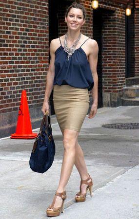 combinar blusa azul marino con falda beige -leopardo