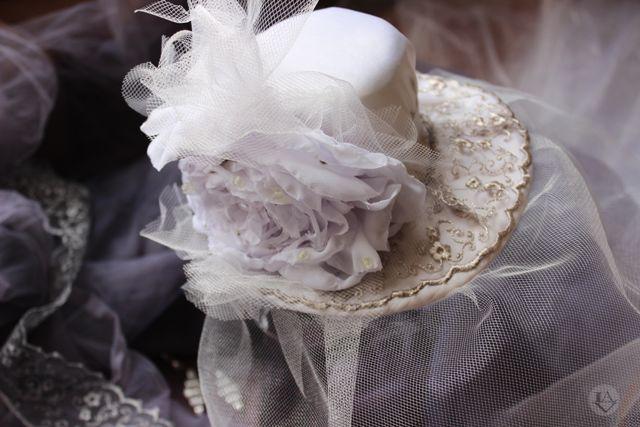 """Продолжение следует... Подкладка шляпки спокойного затемненного розового цвета. Сверху на белый атлас пришиты лента дымчатого цвета и тончайшей работы кружево. Кстати, чтобы получить нужный цвет кружева, его пришлось обработать специальным красителем. Под кружево была вшита тонкая вуаль. И последним штрихом стал нежный цветок раскрывшейся розы с вкраплениями фатина. Вот такое вкусное """"шляпковое"""" закулисье))) #weddingvip #svadbarussia2015 #свадьбаотанастасиилавер #minsk #moscow…"""