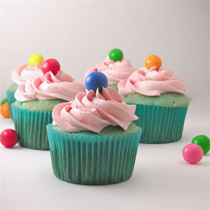 A perfect dessert for kids! Fun blue cupcakes topped with creamy pink bubble gum frosting and a gum ball! Remember bubble gum ice cream? When I was a kid, one of our summer treats was to go to Corn…