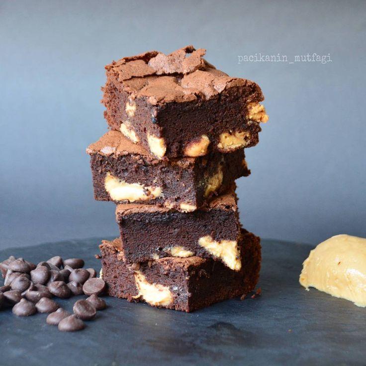 İçinden fıstık ezmesi fışkıran brownie 😍😍 Hem brownie hem fıstık ezmesi sevenler buna bayılacak 😋😋 Fıstık ezmeli brownie  3 yumurta Yarım su bardağından biraz fazla şeker 150 gr bitter çikolata 75 gr tereyağ Yarım su bardağına yakın un 1 yemek kaşığı kakao 1 paket vanilya Bir tutam tuz 3-4 yemek kaşığı dolusu fıstık ezmesi  Yapılışı: (Küçük boy kare borcam) Öncelikle çikolata ve tereyağını benmari usulü eritip ılınmaya bırakalım. Bir kapta yumurta ve şekeri iyice çırpalım. Ilınmış…