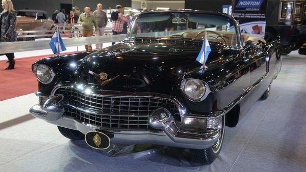 Restaurado e impecable, el Cadillac de Perón reluce en el pabellón Ocre de La Rural, en el marco del Salón de Buenos Aires (Enrique Abatte)