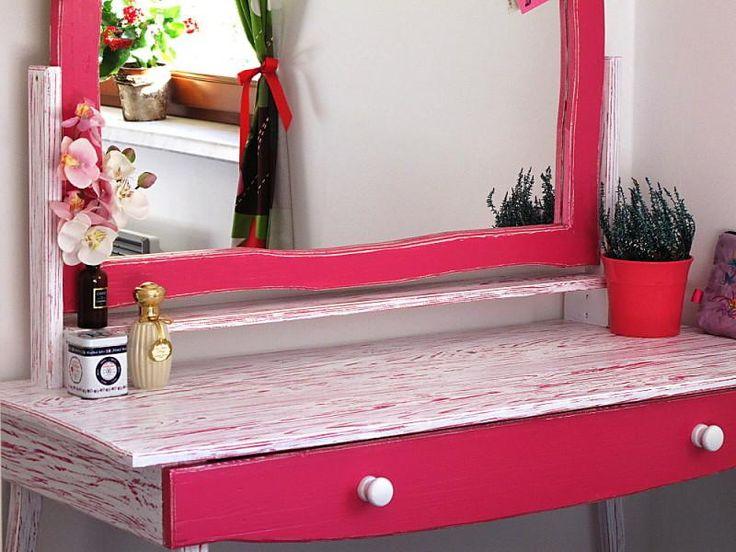 Toaletní stolek s vysouvacím šuplíkem a zrcadlem.  Stolek je ručně barvený a patinovaný.  Tenhle stolek je sen každé malé i velké princezny ;)  Barevnou kombinaci Vám vyrobíme na přání!  Celý stolek je vyroben ze smrkového masivu.