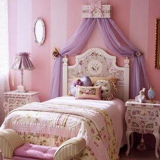 Quarto de menina rosa e lilás bem romântico no estilo provençal
