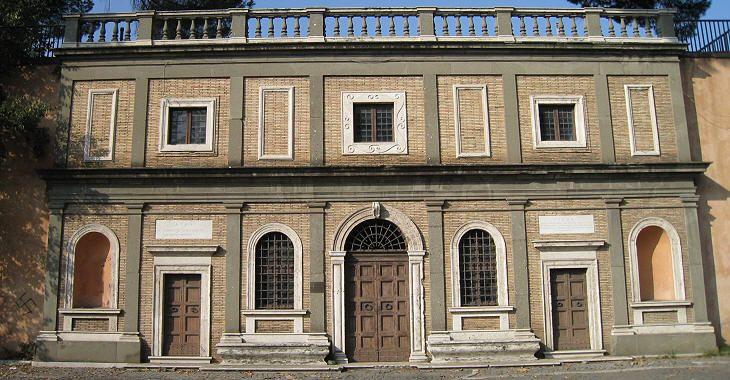 Passeggiando lungo il Gianicolo, lasciando alle spalle Porta San Pancrazio, ci si imbatte in un curioso edificio: la facciata solitaria di una casa in tardo stile rinascimentale che nasconde una vecchia cisterna d'acqua dell'Acea. Come le strutture di legno di Cinecittà: dietro non c'è una costruzione. È conosciuta come la 'casa di Michelangelo'. Così recita una targa affissa davanti, ma in realtà è la trasposizione della casa a Piazza Macel de' Corvi vicino al Vittoriano dove per mezzo…