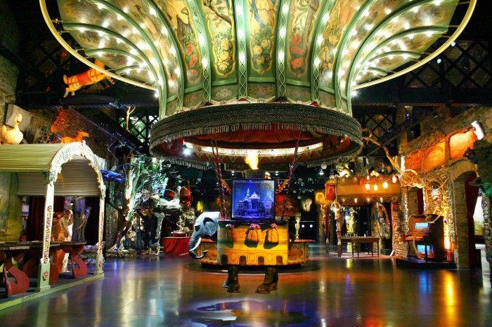 Musée des Arts Forains La montgolfière à l'éléphant du Théâtre du Merveilleux © Pavillons de Bercy  Le Musée des Arts Forains se trouve dans les derniers chais à vins de Bercy. Des endroits où, il y a 100 ans, les parisiens venaient principalement pour s'amuser.  Le musée a réussi à redonner à cet endroit le côté festif qu'il pouvait avoir il y a un siècle.  C'est Monsieur Favand, ancien antiquaire et brocanteur, qui a créé cet endroit hors norme en 1996.