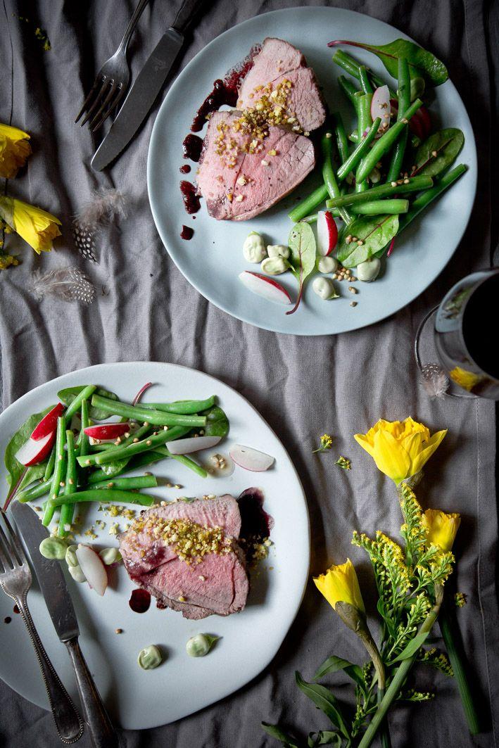 Lammkeule in Rotwein mit Bohnensalat.