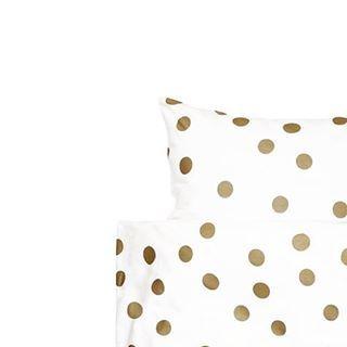 Yay!! Gisteren heb ik dit leuke dekbedovertrek van de Hema online besteld ❤ Helaas nu alweer uitverkocht ladies... #mooislapen #lekkerdromen #gold #polkadots #stippen #goud #hema #dekbedovertrek #sheets #whiteliving #pillow #kussen #lakens #witwonen #beddengoed #bedje #interieurstyling #interieur #slaapkamer #zolderkamer
