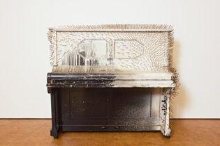 _2011-UeckerSkulptur Nägel, weiße Farbe auf schwarzem Klavier 200 × 150 × 90 cm Sammlung Würth