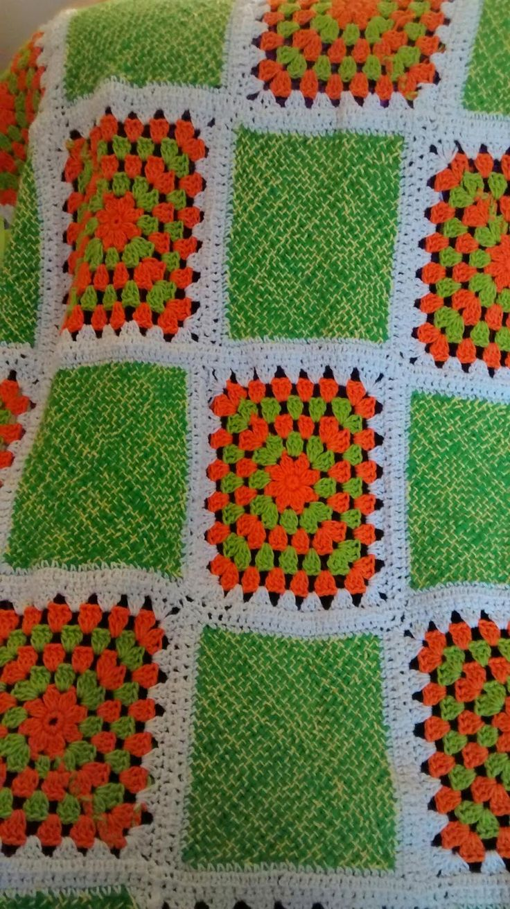 MISCELANEAS DE CROCHET Y CRECIMIENTO: Colcha con grannys Crochet. Una colcha realizada en telar de 25x25 y grannys a Crochet del mismo tamaño,estas colchas me encantan son un placer hacerlas