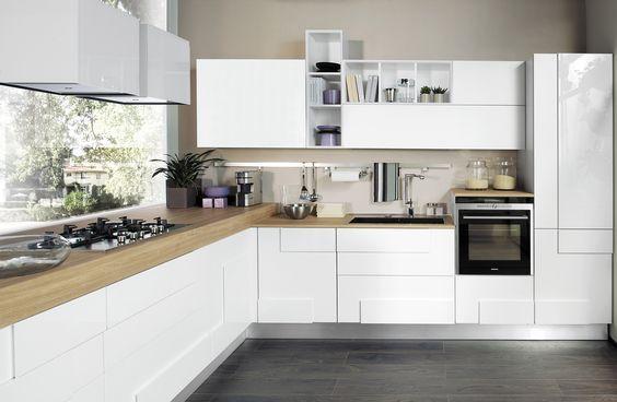 Tradizionale, con ante a telaio, o moderna con superfici superlisce, la cucina bianca non passa di moda, si abbina bene - se a vista - a qualunque soggiorno già esistente e crea un effetto visivo di maggiore spazio.
